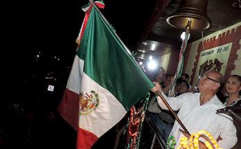 INNUMERABLES PERSONAS GRITARON ¡VIVA MÉXICO! EN CONJUNTO CON EL ALCALDE